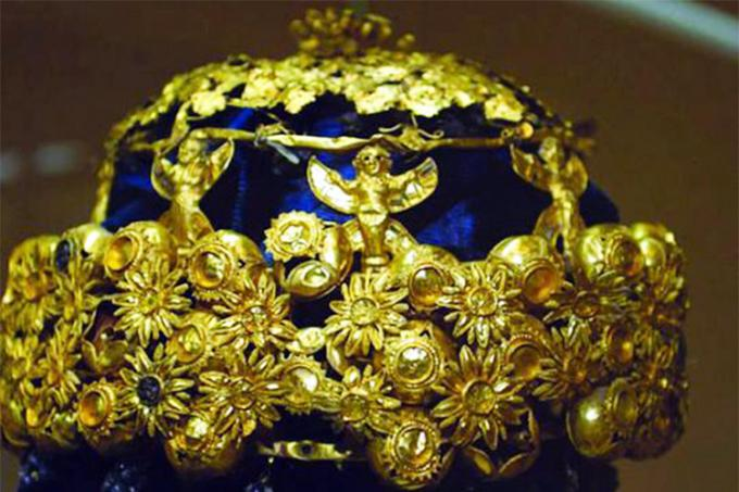 The jeweled gold crown found on Hama's head depicts pomegranates, grapes, leaves, flowers and female genies (photo by Sgt. Noreen L. Feeney, 318th Public Affairs Operation Center, US Army)