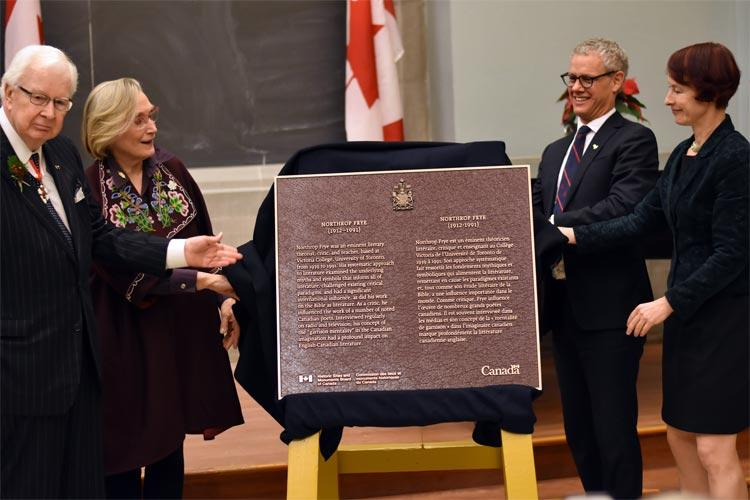 The Northrop Frye commemorative plaque is unveiled on U of T's downtown Toronto campus by Richard Alway, Carolyn Bennett, William Robins and Angela Esterhammer.