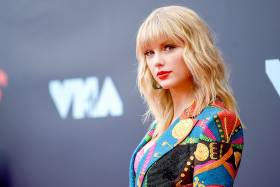 Taylor Swift poses on the VMA red carpet.